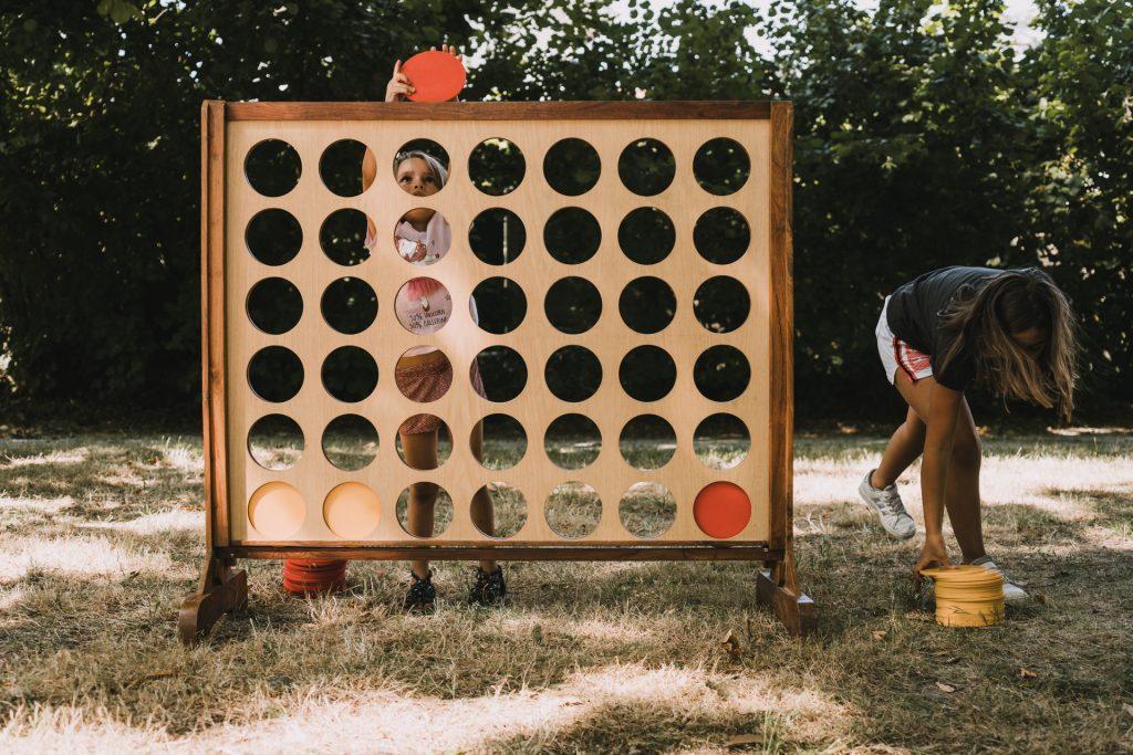 enfants qui jouent au puissance 4 géant
